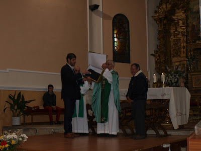 Un momento de la ceremonia de despedida al parrovo de Santibañez de Béjar