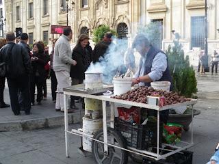 Puesto de castañas asadas en Sevilla en la