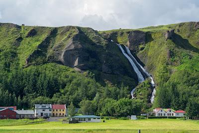 Paisajes de Islandia con montañas y cascadas