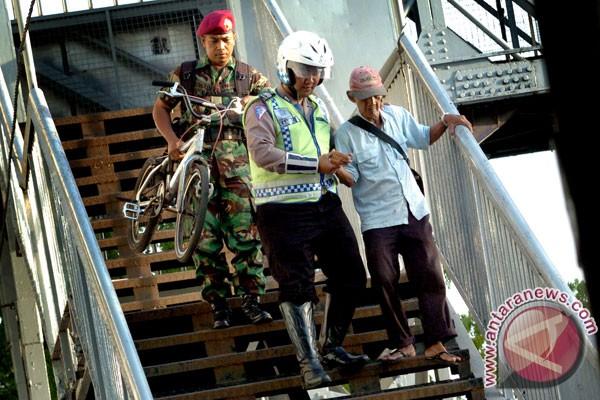 Ketika Prajurit TNI dan Polisi Bersama-sama Membantu Masyarakat