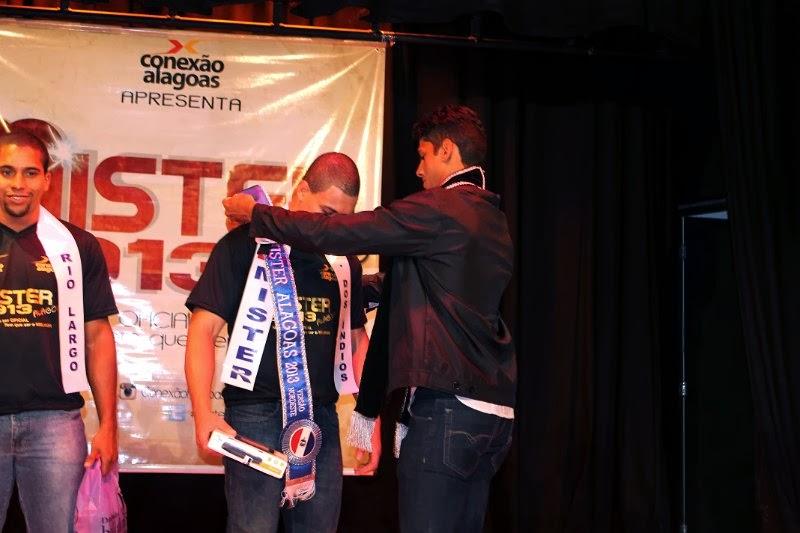 Lauro Mendes recebeu a faixa de Mister Alagoas 2013 de Lázaro Silva, seu antecessor. Foto: Divulgação
