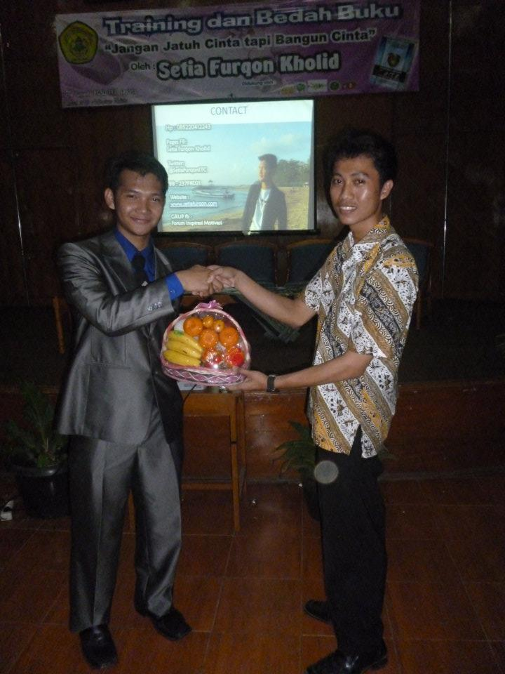 Peberian hadiah oleh ketua Himaguseda UNTIRTA kepada Motivator termuda se Asia Tenggara yaitu Setia Furqon Kholid.
