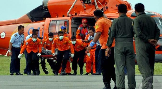 Tim SAR gabungan telah bekerja efektif. Tapi proses evakuasi penumpang dan pencarian badan pesawat AirAsia terkendala cuaca buruk dan ombak.
