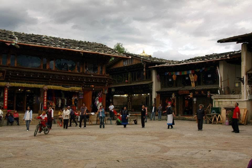 Shangri La - plaza casco viejo, bailes del atardecer