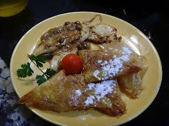 Pechuguitas de pollo en salsa de cebolla con guarnición de empanadillas de mango