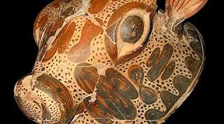 A descoberta ocorreu perto da aldeia Xirokambi, na Lacônia, localizada perto de Esparta, no sul da Grécia. Foi encontrado um palácio, com cerca de 10 quartos, repleto de inscrições arcaicas dos séculos 17 e 16 a.C. O complexo é chamado de Ayios Vassileios e inclui uma série de objetos de culto, figuras de barro, uma cabeça de um touro, espadas de bronze e fragmentos de pinturas de murais, segundo divulgou o Ministério da Cultura da Grécia. Os pesquisadores ficaram impressionados com o fato de os artefatos terem sobrevivido por tanto tempo, já que o palácio foi completamente queimado no século 14 a.C.