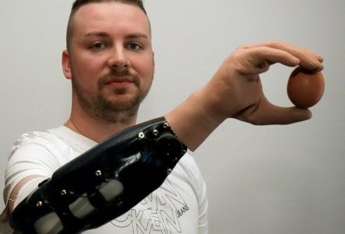 Robothand met de hersenen te besturen