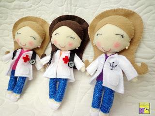 Bonecas enfermeira e psicóloga em feltro