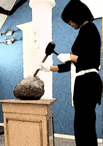 Masona trabajando la piedra