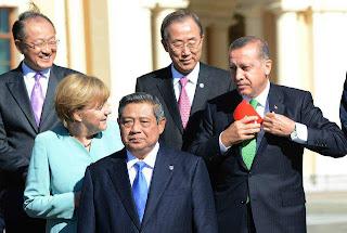 pm-turki-memungut-bendera-negaranya