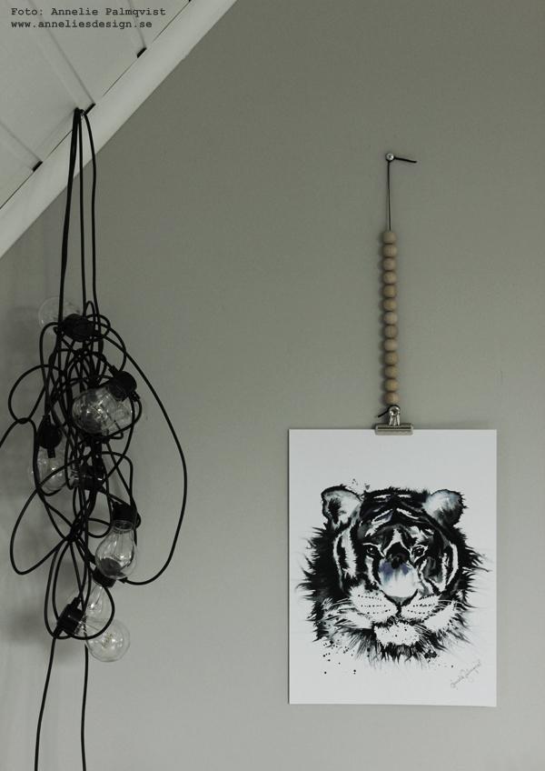 ljusslinga, ljusslingor, konsttryck, tiger, posters, poster, print, prints, tigrar, tavla, tavlor, kaktus i påse, porslins hand, trälådor, på väggen, artprint, artprints, annelies design & interior, anneliesdesign, svart och blått, gråmålad vägg, gråa väggar, vägg, väggen, ateljé, upphängning, webbutik, webbutiker, webshop, nettbutikk, nettbutikker, plakat, plakater,
