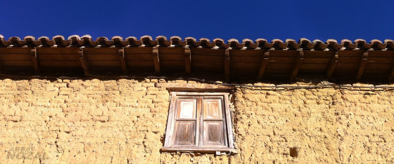 Fachada de adobe con ventana, 2015 Abbé Nozal