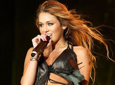 e740d283d Não é de hoje que Miley Cyrus é comparada a Britney Spears. Para a mídia  internacional
