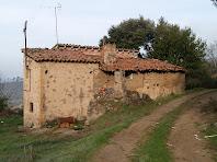 El camí passa a tocar del mas Castelló