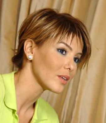 Gülben Ergen kulak hizası katlı saç kesim modeli ve Gülben Ergen balyajlı düz saç modeli