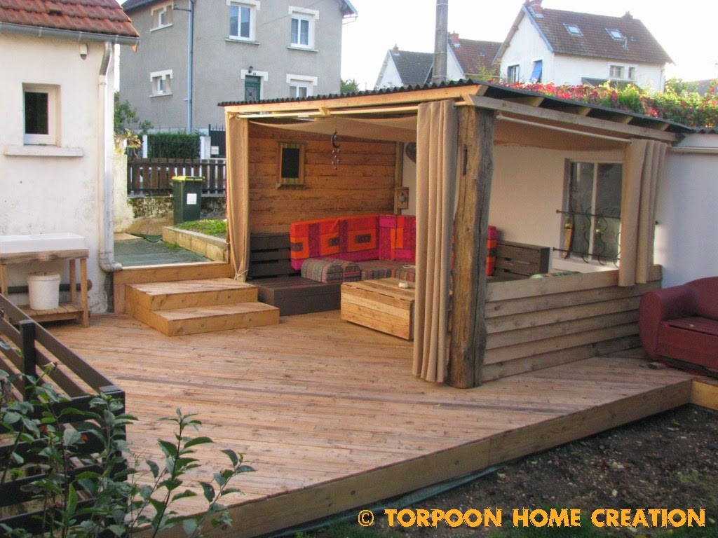 Torpoon home creation terrasse en palettes et salon d 39 t for Divan exterieur palette
