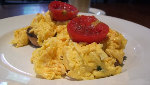 Cheesy scrambled eggs with herbs