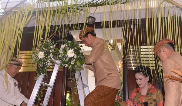 Jokowi Dalam Prosesi Adat jawa Bleketepe