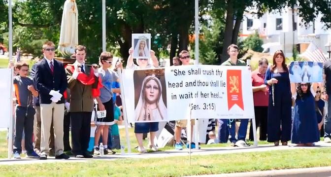 Εκατοντάδες χριστιανοί διαμαρτύρονται για το σατανικό άγαλμα στη Μινεσότα