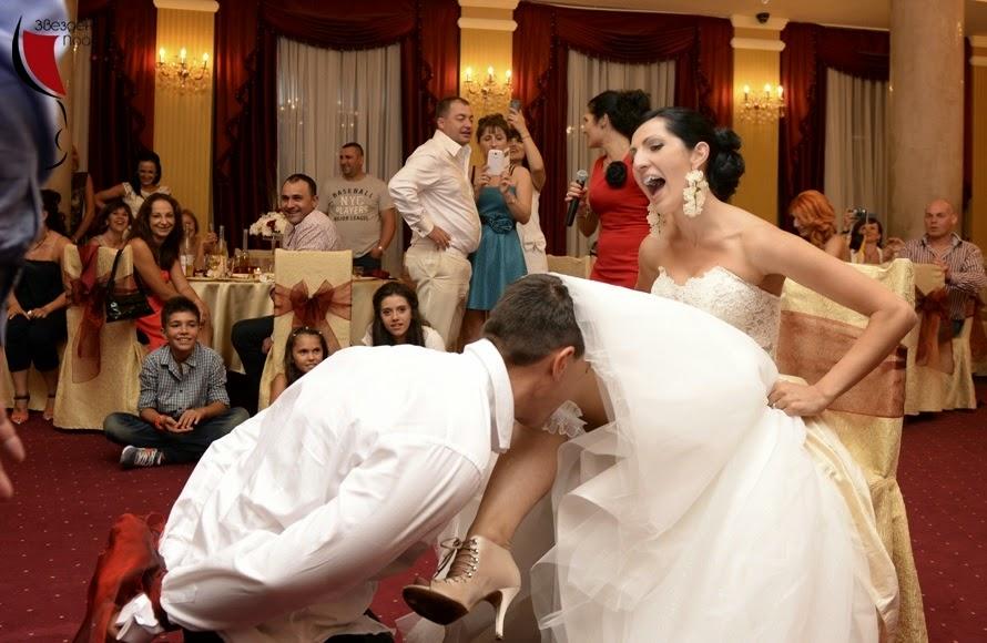 Младоженец сваля жартиер на сватба