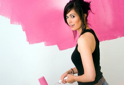 تعرفى على أفضل الطرق لأختيار ديكور منزلك - امرأة تدهن الحائط - woman girl painting the wall