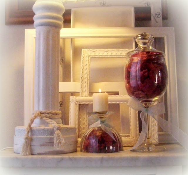 Arreglo floral y candelero en copas con flores secas