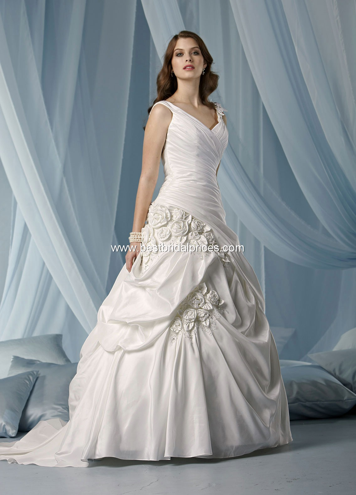 Wedding dresses and wedding accessories june 2011 for Wedding dresses for pear shaped women