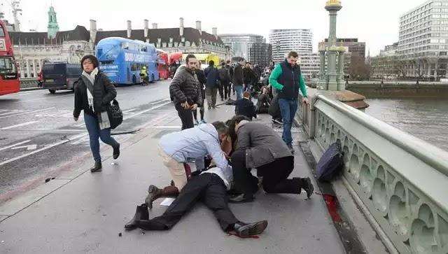 Η κούρσα θανάτου στη γέφυρα Ουέστμινστερ – Η στιγμή που γυναίκα πέφτει στον Τάμεση (βίντεο)