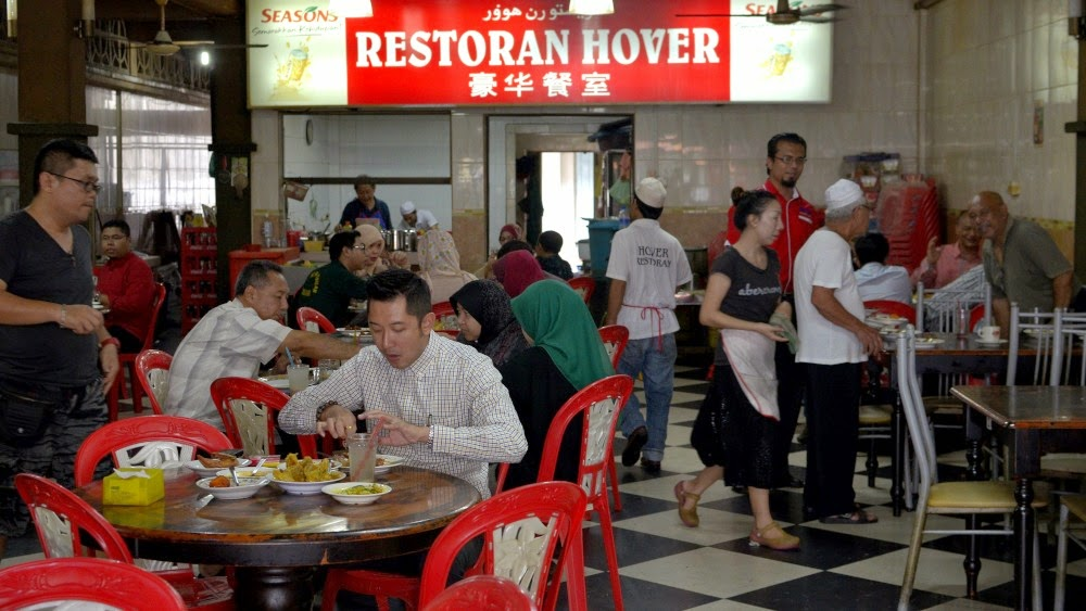 Makan ayam goreng di restoran Cina, kota Bharu