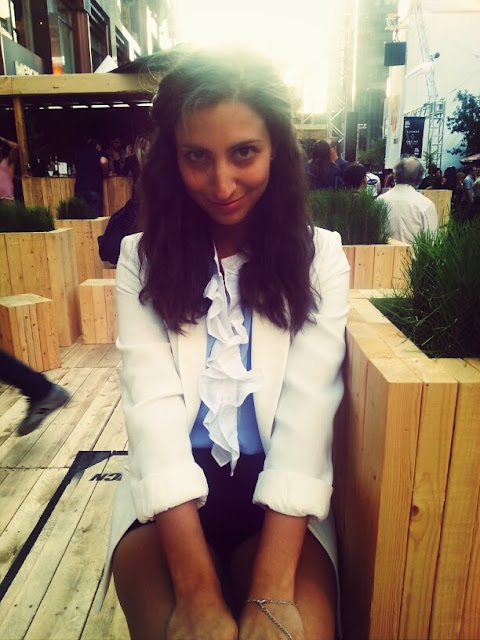 white blazer blue ruffle blouse black shorts festival mode design