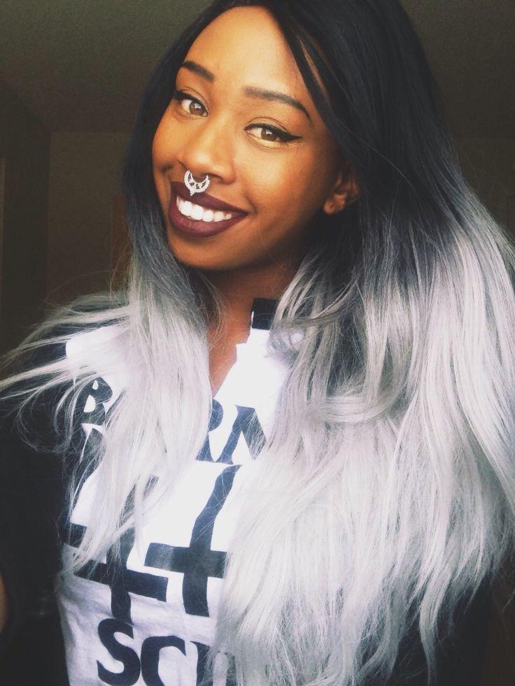 Cheveux gris et peau mate