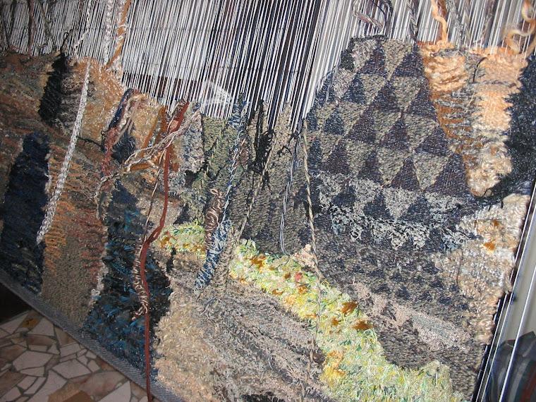 SCHUCMAN, Henrique. Tear de alto liço sendo tecida tapeçaria na técnica de Gobelin. Foto: Schucman.