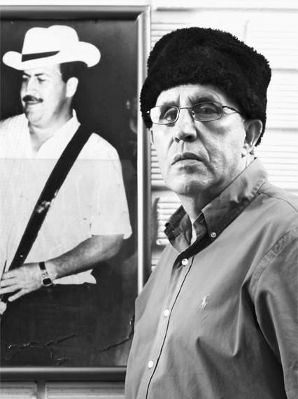 Roberto Escobar al lado de una imagen del Capo colombiano