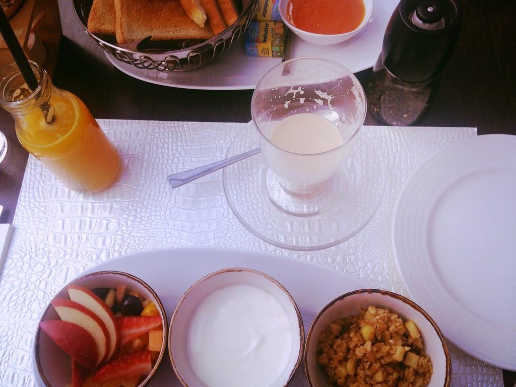 Süß serviert und herrlich vom Geschmack, inklusive frisch gepresstem Fruchtsaft und cremiger Marillenmarmelade. Da geht mir bei Ayurveda das Herz auf! © diekremserin