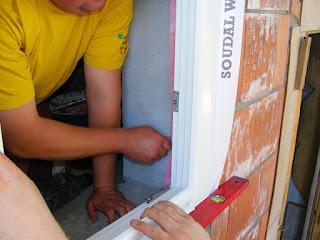 Montaż warstwowy okna - mocowanie okna