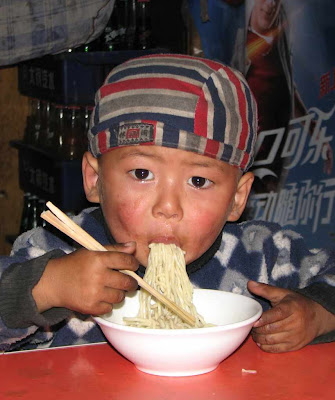 Garoto comendo com palitos é mal visto pelo regime