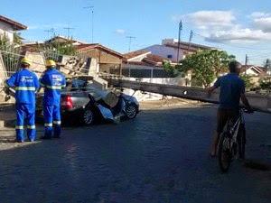 Poste ficou atravessado na rua, o que interrompeu a passagem de carros (Foto: Marcus Augusto/Site Voz da Bahia)