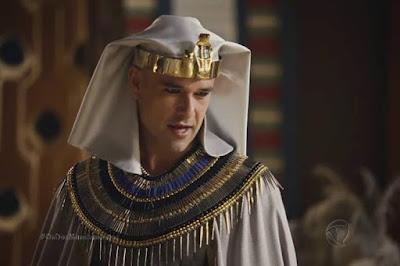 Ramsés descobre que Nefertari ainda ama Moisés e dá uma tapa na cara dela