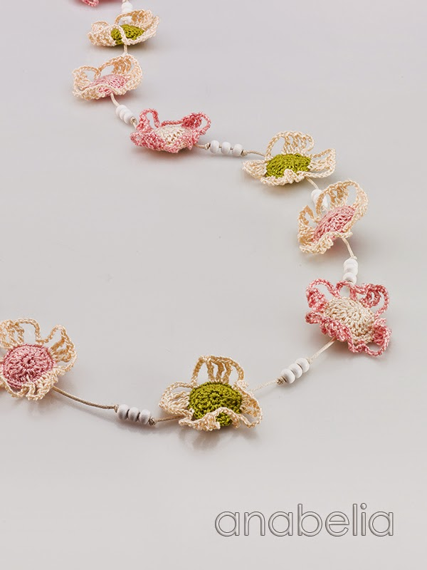 Crochet-soft-colors-flowers-necklace-Anabelia