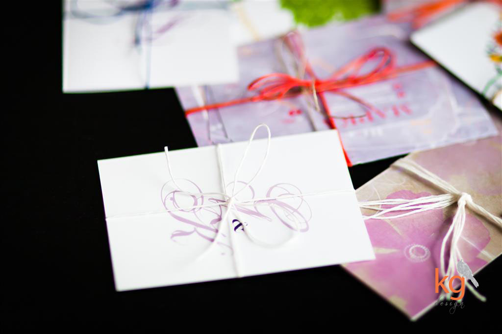 oryginalne i nietypowe zaproszenia na ślub, projekty ślubne zaproszeń, indywidualny projekt, zaproszenia wiązane sznurkiem lnianym kolorowym, naturalnym, sznurek jutowy, sznurek lniany, kolorowe zaproszenia, klasyczne i eleganckie, łowicka wycinana, motyw folkowy, motyw ludowy, styl vintage, styl rustykalny, motyw przewodni, poligrafia ślubna, papeteria ślubna, podłużne zaproszenia, kwadratowe, pojedyncze karty, C6, DL, koperty, niebieskie, czerwone, brudny roż, fioletowe, miętowe, pomarańczowe, zielone, żółte, zaproszenie z motywem gipsówki, zaproszenie z motywem storczyka, fioletowo -zielone, z motywem drzewa, styl rustykalny, styl ludowy, styl vintage, styl góralski, kwiaty, ornament, osobne karty, pojedyncze karty, zaproszenie składane na pół, kwadratowe, białe, biały sznurek,