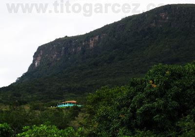 Da estrada de terra já é possível ver a casa principal do parque tendo ao fundo a imponente Serra de Itabaiana