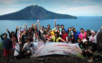 Berfoto bersama Gunung Krakatau