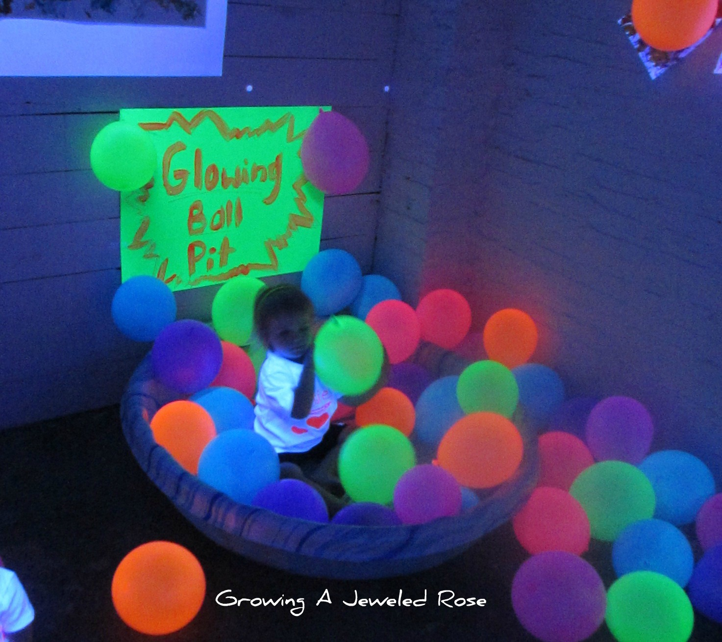 Glow in the dark water balloons - Blacklight Play