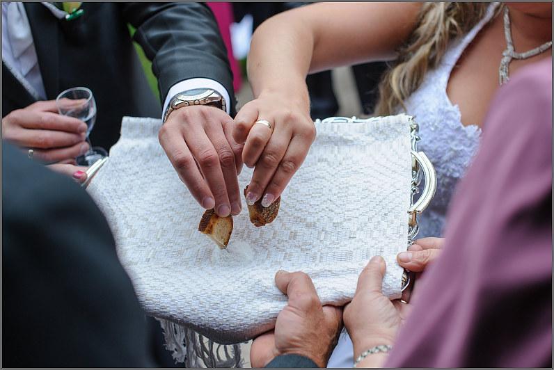 lietuviški vestuvių papročiai: tėvai sutinka su duona ir druska