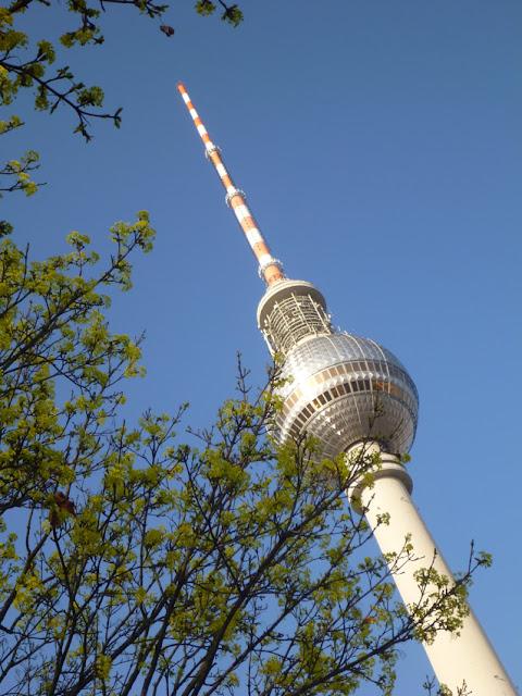 Himmelsmeer, Alexanderplatz: Fernsehturm und aufbrechende Blätter