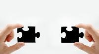 Dúas pezas de puzzle a piques de se xuntar
