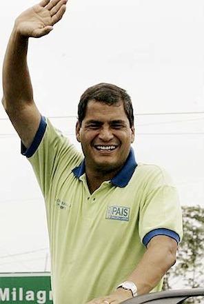 Rafael Correa Delgado alzando la mano y una gran sonrisa