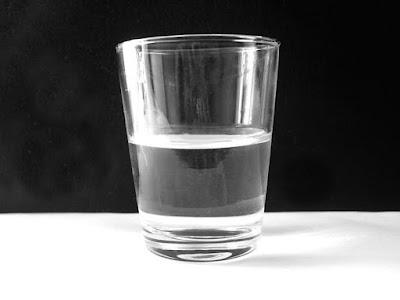 http://fedactsu.tumblr.com/post/90413459117/el-vaso-est%C3%A1-completamente-lleno-mitad-de-agua