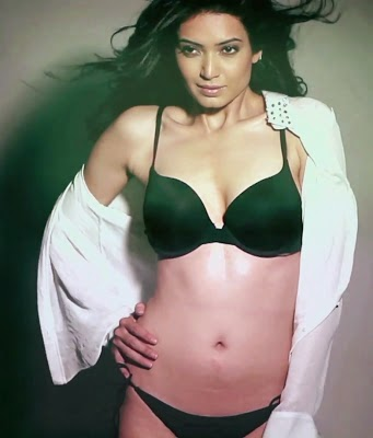 karishma tanna hot cleavage navel photo in bra penty