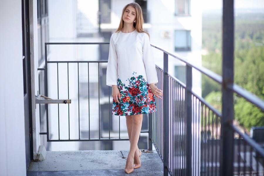 Белое платье внизу цветы